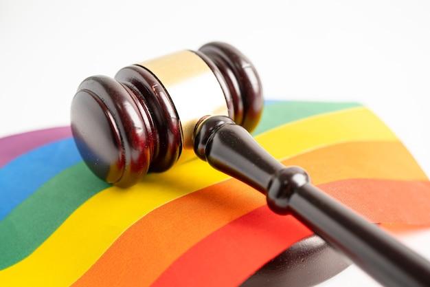 Hamer voor rechter-advocaat op regenboogvlagsymbool van lgbt-trotsmaand