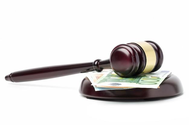 Hamer voor rechter en eurobankbiljetten