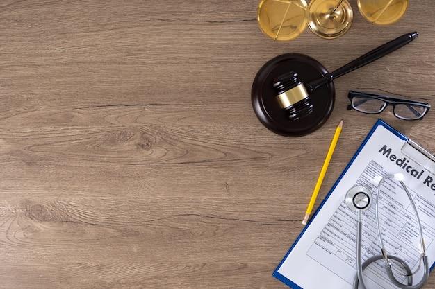 Hamer, weegschaal, bril, medisch rapport en stethoscoop