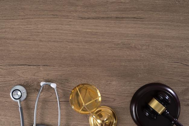 Hamer, weegschaal en stethoscoop