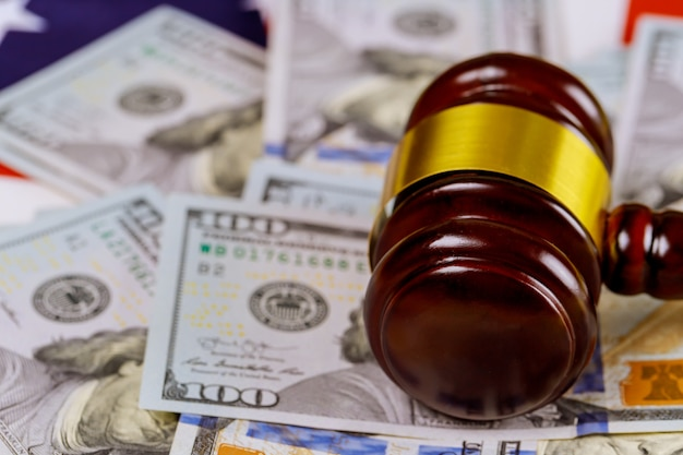 Hammer rechter en dollarbiljetten