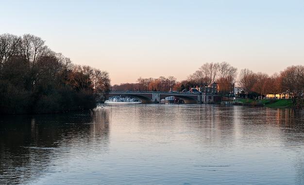 Hampton court bridge over de rivier de theems in de schemering