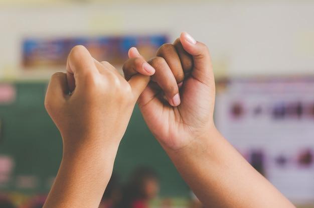Hand aan pinky zweer, gelukkige paar of vriendschap hand in hand samen voor altijd hou van concept.