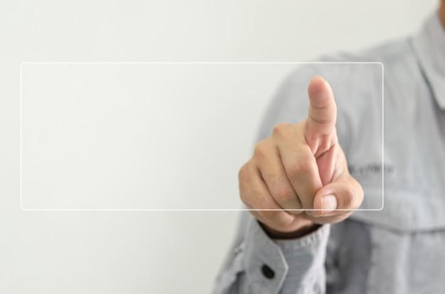 Hand aanraken van digitaal pictogram op touchscreen