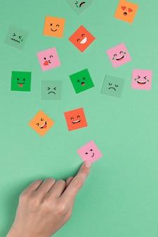Hand aanraken van een vierkant lachend gezicht
