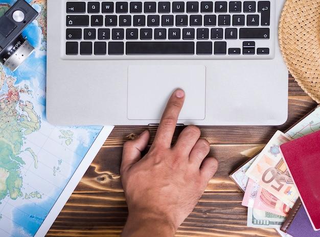 Hand aanraken van het touchpad van een laptop