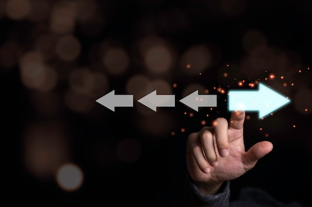 Hand aanraken van lichtblauwe pijl die in tegengestelde richting met witte pijl. disruptie en ander denken voor het ontdekken van nieuwe technologie en een nieuw concept voor zakelijke kansen.