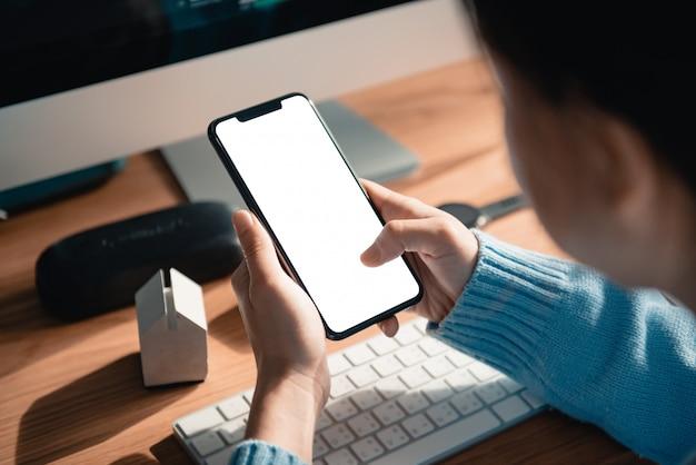 Hand aanraken van mobiele smartphone met leeg wit scherm.