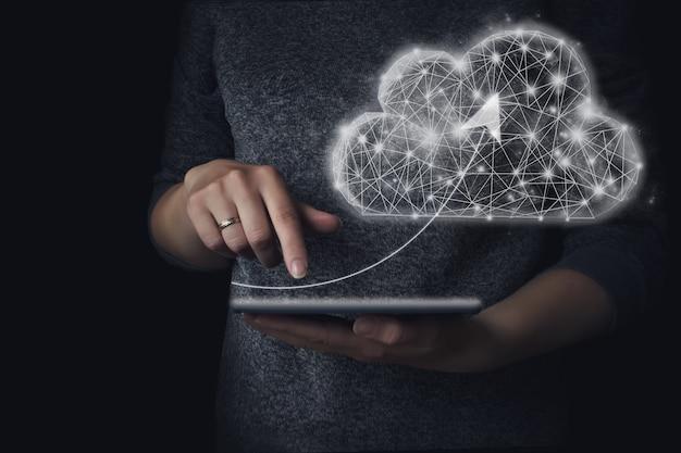Hand aanraken van tablet met pijl naar laag poly geometrische cloud computing. het concept van werken