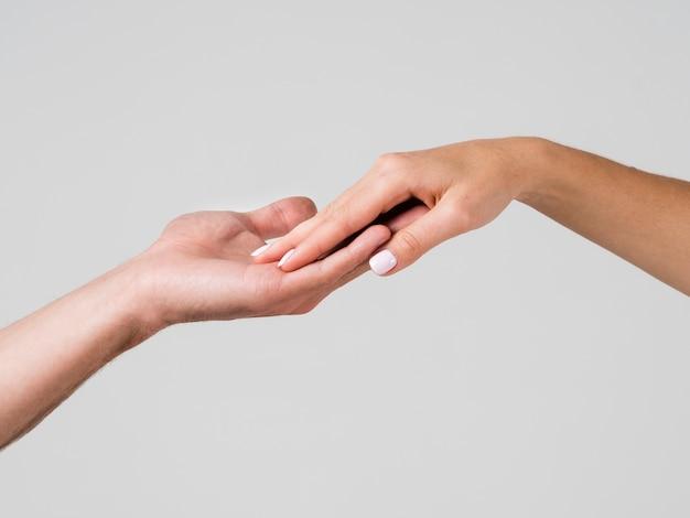 Hand aanraken voor valentijnsdag