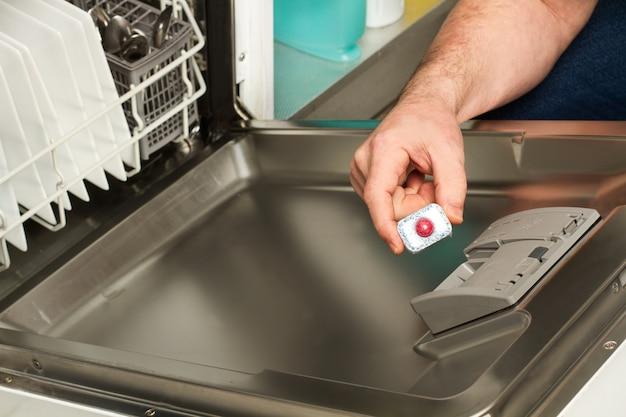 Hand afwasmiddel tablet aanbrengend vaatwasser