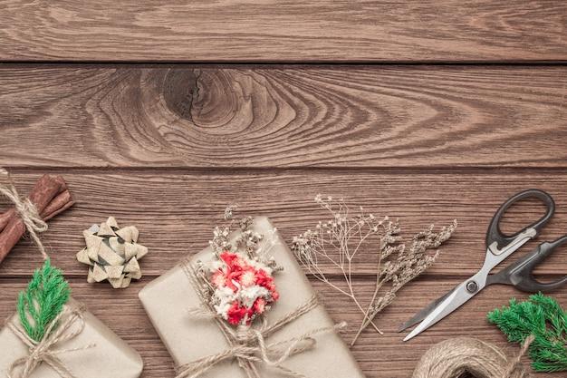 Hand ambachtelijke geschenkdozen op houten achtergrond voor kerstmis en nieuwjaar cadeau
