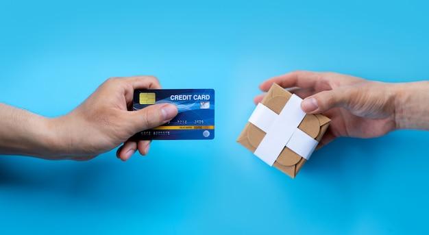 Hand betalen of winkelen met een creditcard