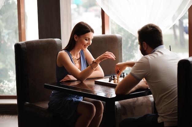 Hand bewegend schaakcijfer in het spel van het concurrentiesucces.