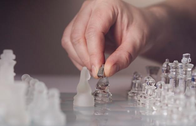Hand bewegend schaakstuk