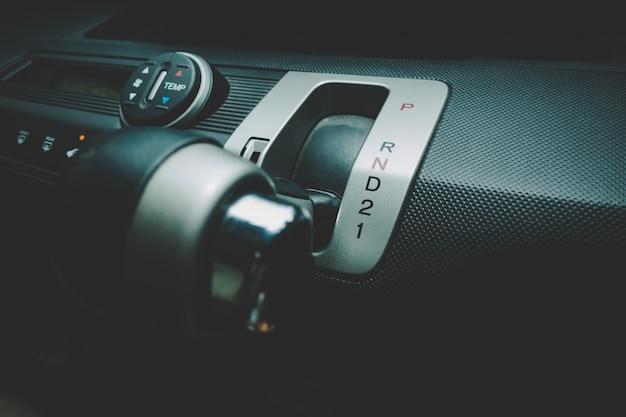 Hand bij het schakelen van de automatische versnelling naar low drive 1