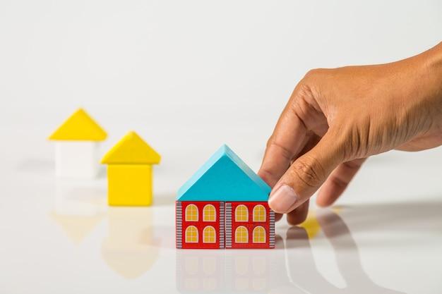 Hand bouwen van huis (onroerend goed) met houten blokken