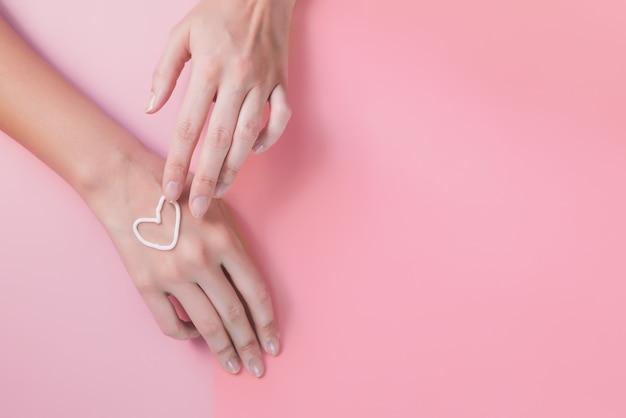 Hand creme. als een hart. het concept van huidverzorging, hydratatie en voeding.