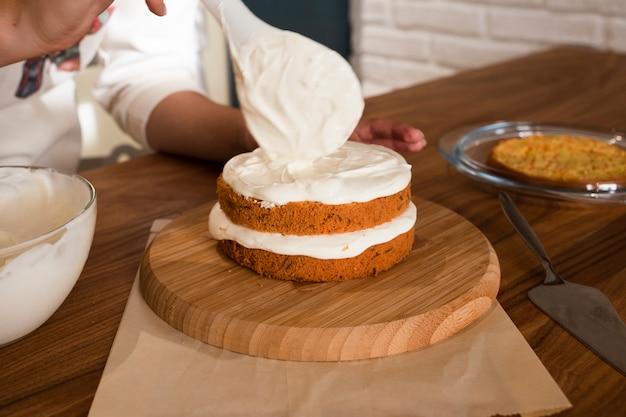 Hand decoratie cake met slagroom