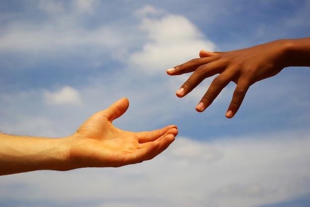 Hand die andere hand probeert te bereiken