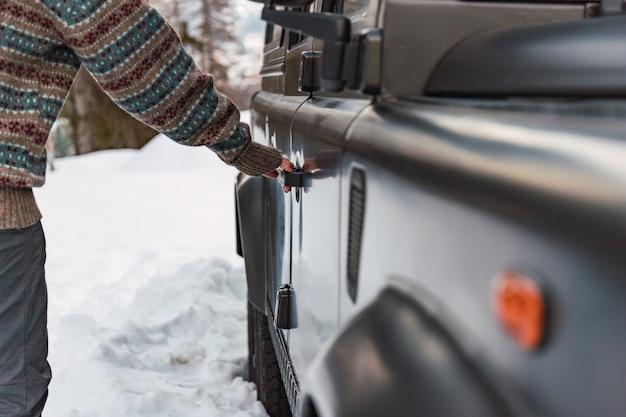 Hand die de deur van een terreinwagen opent