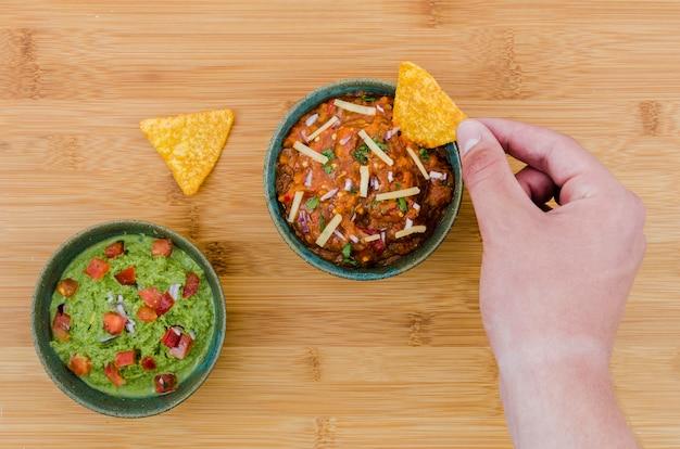 Hand die driehoekige snack dichtbij kop van versiert houden