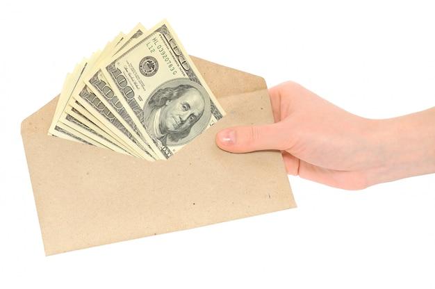 Hand die een envelop met geld houdt