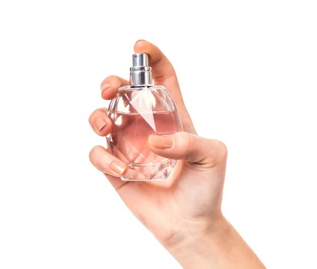 Hand die een fles parfum houdt