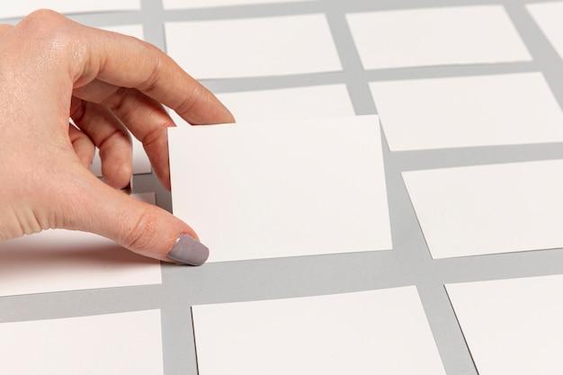 Hand die een leeg adreskaartje houdt