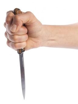 Hand die een mes houdt dat op wit wordt geïsoleerd