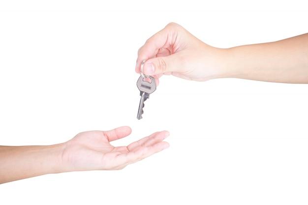 Hand die een sleutel geeft aan een huurder