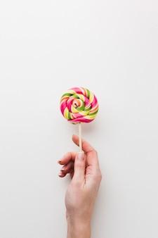 Hand die een smakelijke lolly houdt
