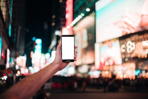 Hand die een smartphone houdt en een foto neemt
