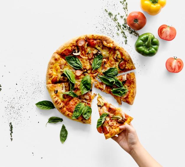 Hand die een stuk italiaanse keukenpizza neemt