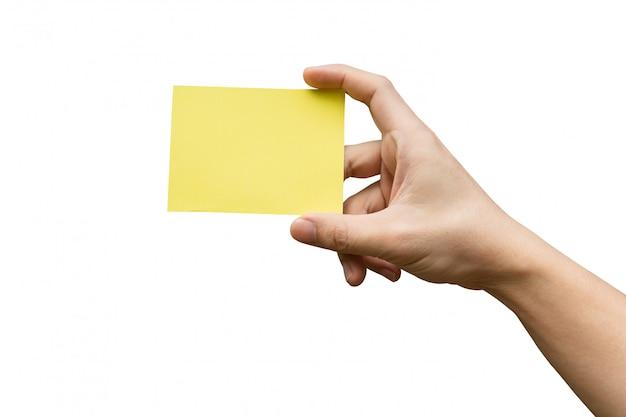 Hand die geel document houdt dat op wit met het knippen van weg wordt geïsoleerd.