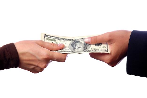 Hand die geld geeft aan een andere geïsoleerde hand