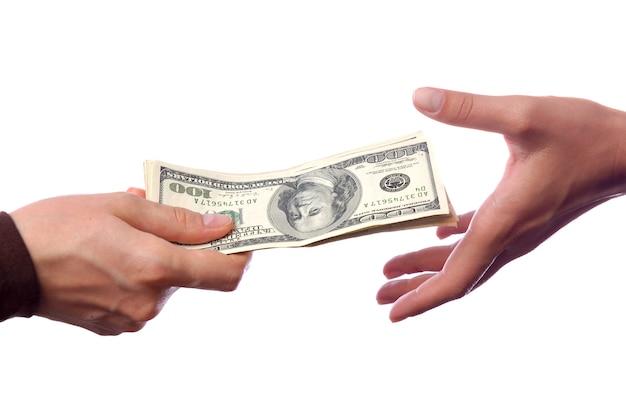Hand die geld geeft aan een andere hand