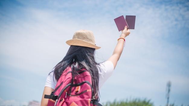Hand die het paspoort op hemel toont