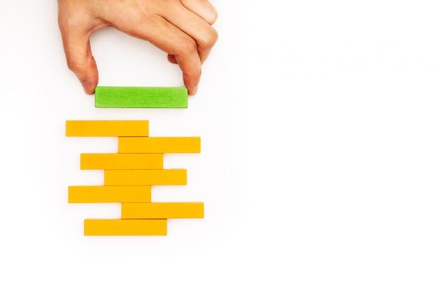 Hand die houten blok met exemplaarruimte stapelt