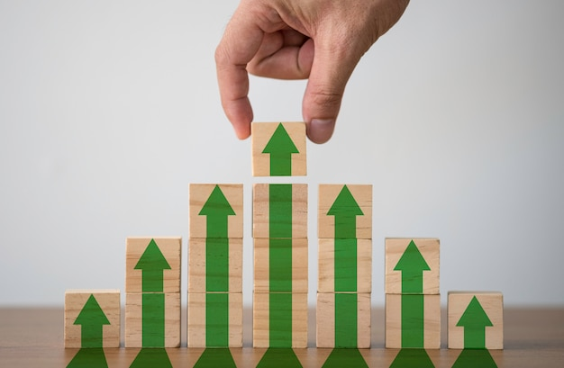 Hand die houten blokjes zet die het drukscherm verhogen of groene pijl omhoog.