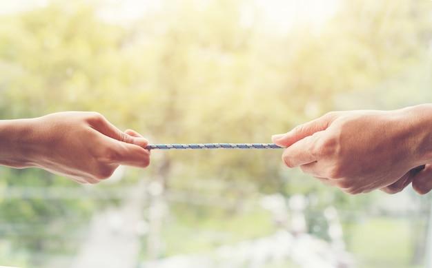 Hand die kabel trekt voor toonmacht van groepsconcept