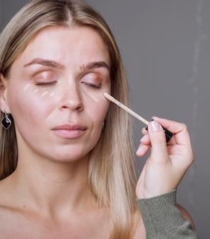 Hand die make-up op model toepast