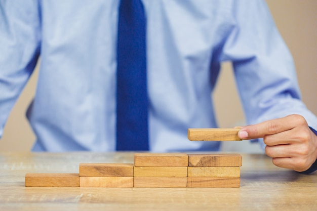 Hand die of blok op de toren, het plan en de strategie in zaken terugtrekt plaatst