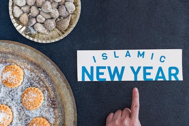 Hand die op islamitisch nieuwjaar op desserts richten