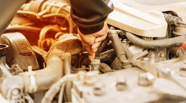 Hand die op radiator van de auto van het oververhitten controleert