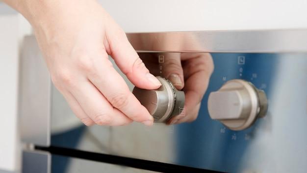 Hand die oven aanzet