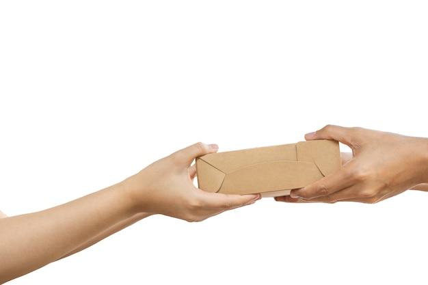 Hand die pakketpakket geeft dat in het knippen van weg wordt geïsoleerd.