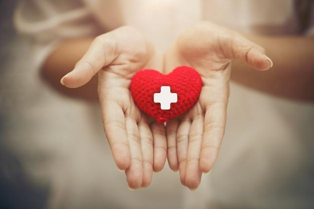 Hand die rood hart geeft voor hulp bloeddonatie gezondheidszorg deelt samen liefde om ziekteconcept te bestrijden.