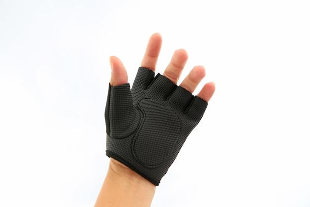 Hand die sporthandschoen draagt die op wit wordt geïsoleerd