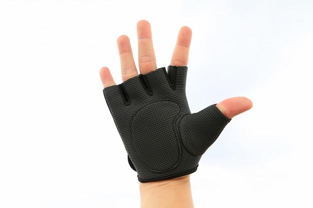 Hand die sporthandschoen draagt die op witte achtergrond wordt geïsoleerd
